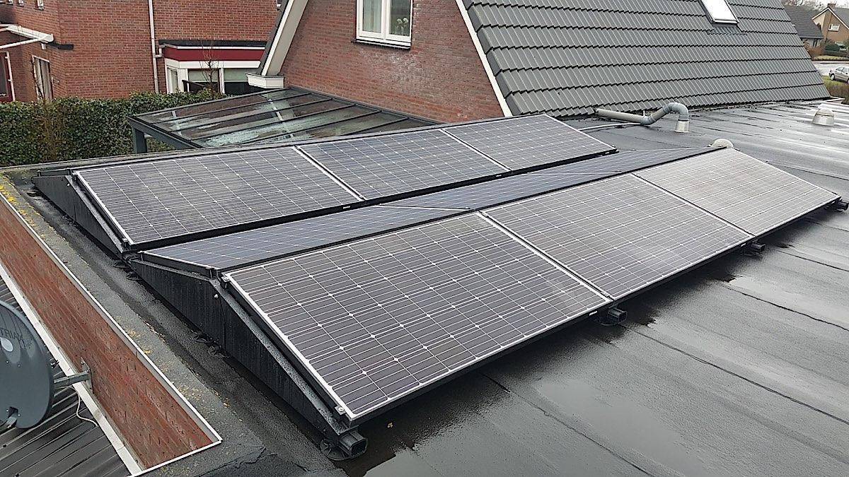 Zonnepanelen op plattedaken in een woonwijk